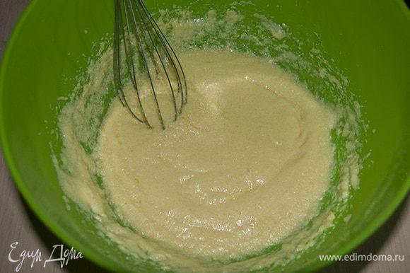 В масло с сахаром добавляем по одному яйцу. Перемешиваем.