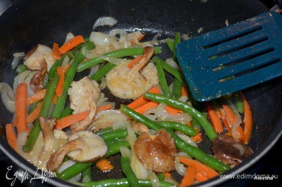 Затем добавить зеленую фасоль и морковь, посолить и поперчить специями. Закрыть крышкой и готовить 5 мин. все вместе.