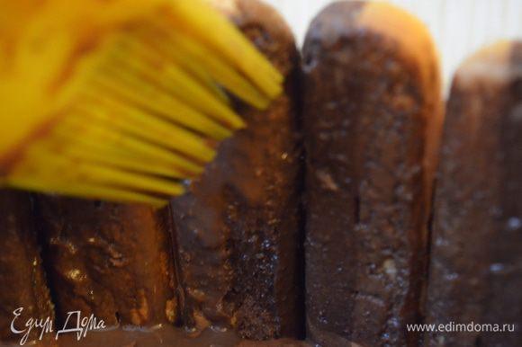 кисточку макаем в остывшее какао и пропитываем им печенье Савоярди изнутри!