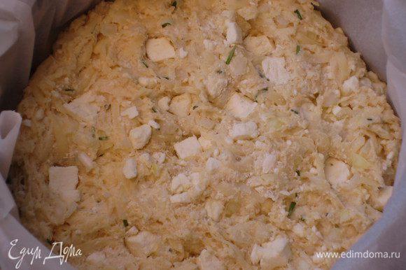 Венчиком взбить яйца,влить молоко,перемешать.Яично-молочную смесь влить в тесто,хорошо перемешать.