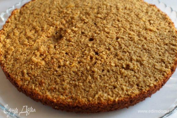 Достать готовый гречневый торт из духовки и полностью остудить. Извлечь из формы и разрезать пополам.