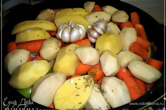 И вот подходит очередь картофеля. Можно и нужно поверх всего зиры и остальных, по вкусу, специй. Чесночок кладём целиком. Только шелуху сверху почистим и корешки с землёй отскребём.