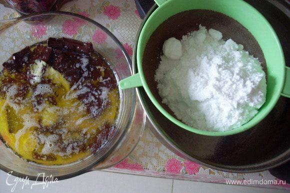 Растопить в микроволновке на режиме разморозки масло и шоколад. Просеять муку, какао, разрыхлитель и сахарную пудру.
