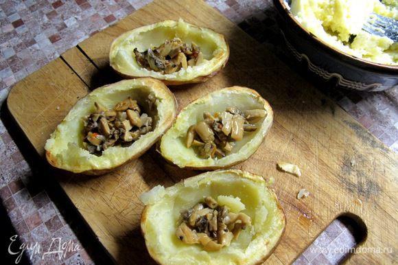 В картофелины положить грибы, сверху картофельное пюре.