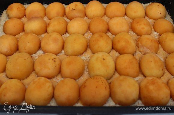 Сверку аккуратно разложить половинки абрикосов срезом вниз.