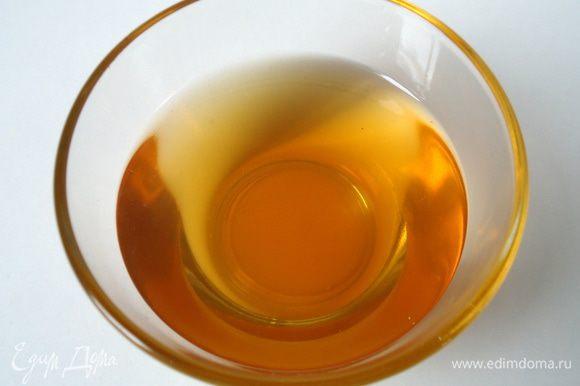 Приготовить сироп для пропитки: Смешать воду с сахаром, поставить на огонь, сварить сироп. Добавить миндальную настойку в сироп. Остудить.