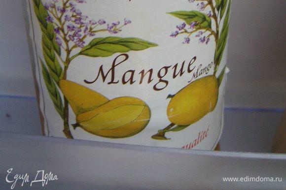 В воду (1/3 ст.) добавить манговый сироп для коктейлей (~2ст.л.), лимонный сок (1 ст.л.), этим пропитать наши кексы (по 1-2 чайной ложечки, можно добавить алкоголь, но это по желанию, и конечно, если это не будут есть дети)