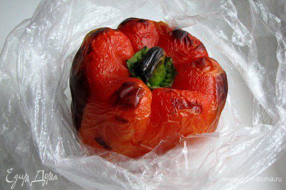 Положите перцы в полиэтиленовый пакет, закройте и оставьте а 10 минут.