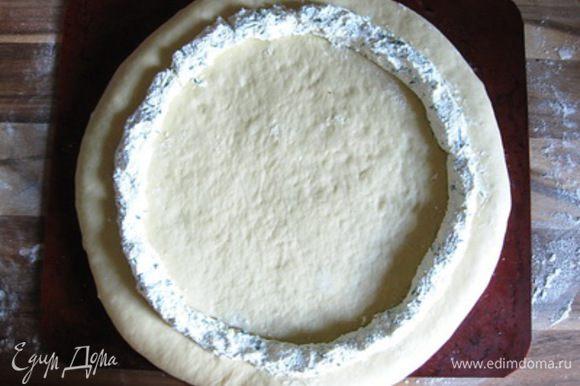 Формовка пирога Подошедшее тесто еще раз вымесить и раскатать в круг (лучше это сразу делать на противне, застеленным бумагой или силиконовым ковриком). Выложить по кругу сырную начинку, отступив от края пару сантиметров.
