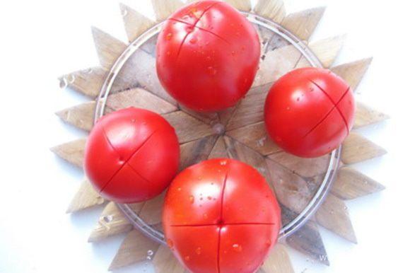Сделать на помидорах надрезы, залить кипятком на пару минут.