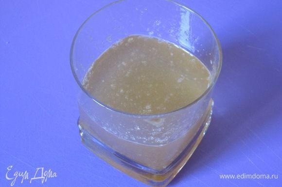 Желатин замочить в 1/2 стакане холодной кипяченой воды, оставить на 40 минут, нагреть до растворения желатина.