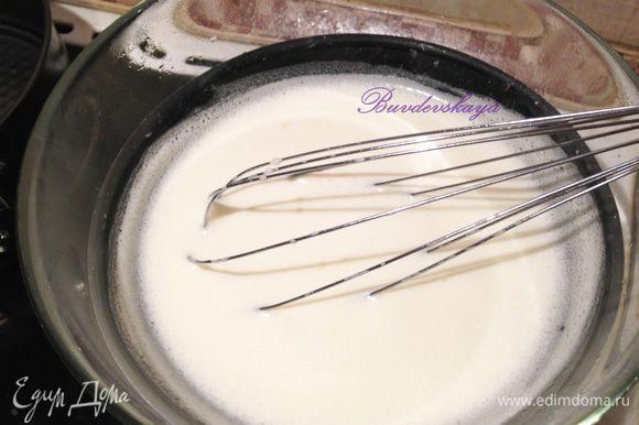 Поставить миску с желтками на водяную баню. Вода не должна сильно кипеть и доставать дна миски. Постоянно помешивать до тех пор, пока масса не загустеет и не начнет обволакивать ложку. Должна получится масса консистенции густых сливок. Снять с огня, помешивать в течение пары минут. Добавить к крему сироп фиалки и отжатый желатин. Помешивать, до полного растворения желатина.