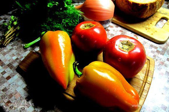 Помидоры надо брать крепкие с толстой кожицей. Помыть овощи. У перца удалить семянники. Почистить лук.