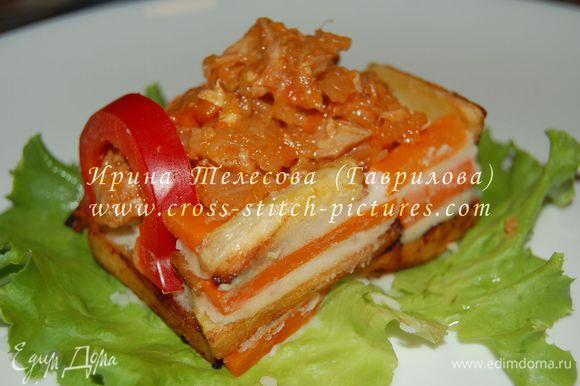 На тарелку кладём лист салата. Выложить на салат фундамент из пюре в форме квадрата или прямоугольника. А дальше строим дом из брусочков-кирпичиков запечённой картошечки и моркови (варёной и запечённой). Картофель и морковь можно не запекать, а просто пожарить. При строительстве вместо цемента используем картофельное пюре.:))) Да! И не забыть про дверцу-окошечко из сладкого болгарского перца!:)))) Затем лист салата подрезать по периметру домика. Я его использовала, чтобы было возможно легко перенести домик на другую тарелку.