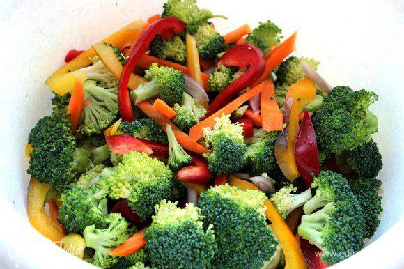 Разобрать брокколи на соцветия, остальные овощи нарезать крупной соломкой. Соединить, перемешать, посолить...