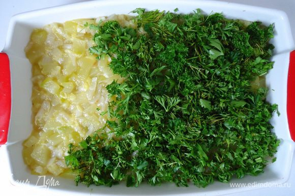 Выложить её на овощи ровным слоем.