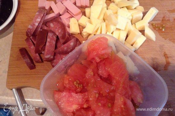 Нарезать все ингредиенты, в макароны влить сливки, добавить сырое яйцо, посолить, поперчить.