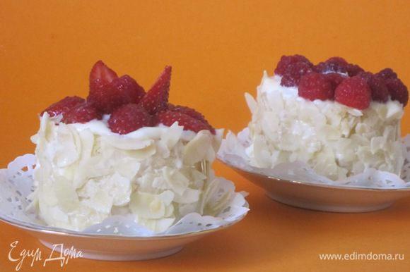 Дебютные мини-тортики выложить на тарелочки.