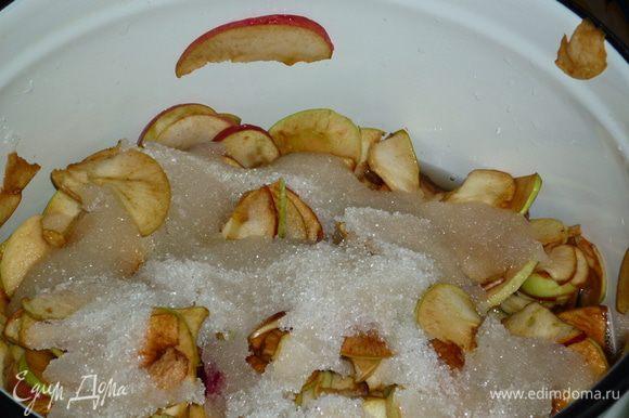 яблоки я беру крепкие. очень красиво получается варенье, когда кусочки цельные. не разваливаются. они получаются прозрачными при варке, похожи на цукаты. яблоки режем всей семьей тоненькими сегментами, складываем сразу в кастрюлю, в которой будут яблочки превращаться в ароматную сладость, периодически пересыпая их сахаром. беру всего 1 кг на всю массу. когда кастрюлька наполнена, оставляем ее на ночь. или просто на несколько часов. яблочки дадут сок и не надо варить сироп.