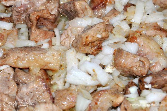 Лук и чеснок мелко порезать, добавить к мясу. Готовить до мягкости в том же режиме.