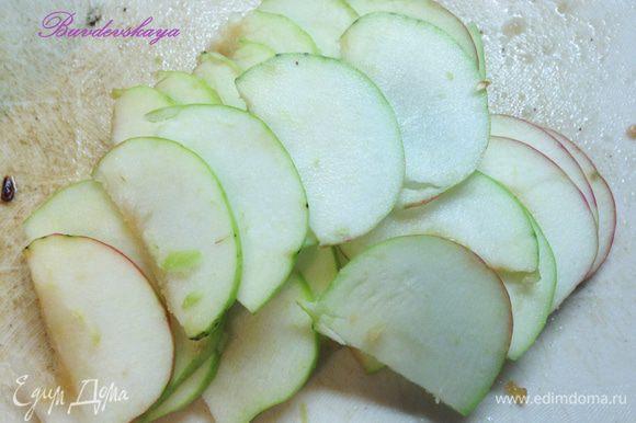 Нарезать яблоки ломтиками в кухонном комбайне, так лучше и быстрее будет выделяться сок. Если нет комбайна, разрезать яблоки минимум на 6 частей. Кожуру снимать не нужно.