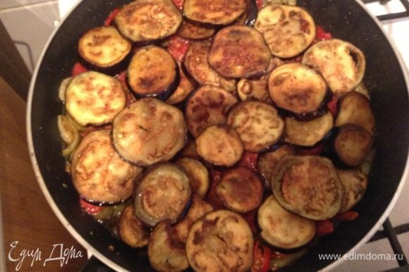 Влить на перец помидоры добавить лавровый лист и сверху разложить баклажаны, накрыть крышкой и тушить 15 минут.