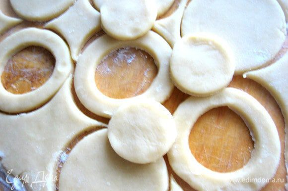 Должно получиться одинаковое число кружков и колец...Из серединок выпечем мини-печенье)))