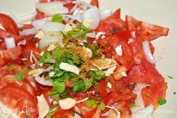 Нарезать помидоры, зелень, добавить любимые приправы и выложить на сковороду с небольшим количеством растительного масла.