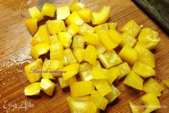 Болгарский перец вымыть, очистить от семян и также нарезать мелкими кубиками.