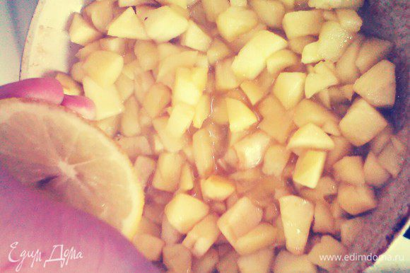 Яблоки почистить, нарезать мелкими кубиками. На сковородке разогреть масло и тушить яблоки 10 минут. Добавить сок лимона и корицу.