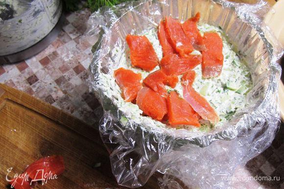 Выкладываем слои в форму. Нижний - паста из сыра с зеленью. Далее огурец, заправка, креветки, заправка, огурец, сырная паста, лосось.