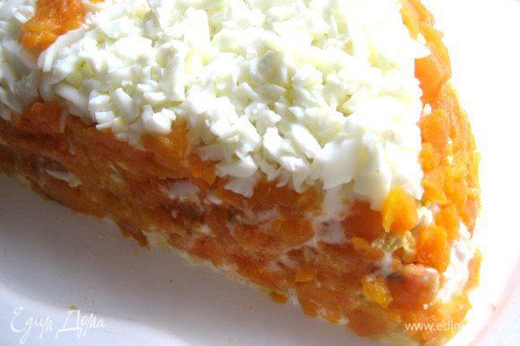 Бока начинаем обмазывать тёртой морковкой при помощи ножа. Создаём имитацию апельсиновой корки...