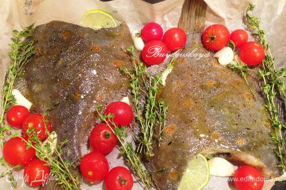 В жабры камбалы вложить дольки лимона, вокруг рыбы выложить чеснок (слегка раздавленный ножом), помидорки черри, свежий тимьян и розмарин (по желанию). Посолить и поперчить сверху, равномерно полить рыбу оливковым маслом.