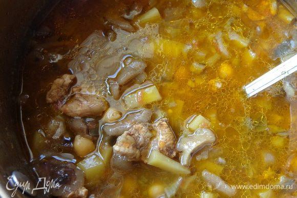 Когда картошка будет готова, добавить вареный нут, посолить, поперчить, по желанию положить толченые орехи. Поварить все вместе еще несколько минут, выключить газ и дать настояться хотя бы полчаса.