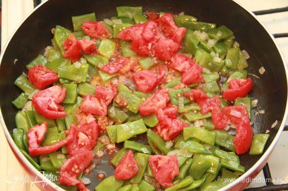 Добавить мякоть помидоров к основной массе. Обжаривать, пока не выпарится весь томатный сок.