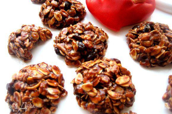 Шоколад хорошо пропитает весь состав и заодно соединит конфетку и она точно не рассыплется при откусывании)))