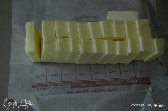 Сливочное холодное масло порезать кусочками и добавить в процессор постепенно. Пропульсировать 5-6 раз.