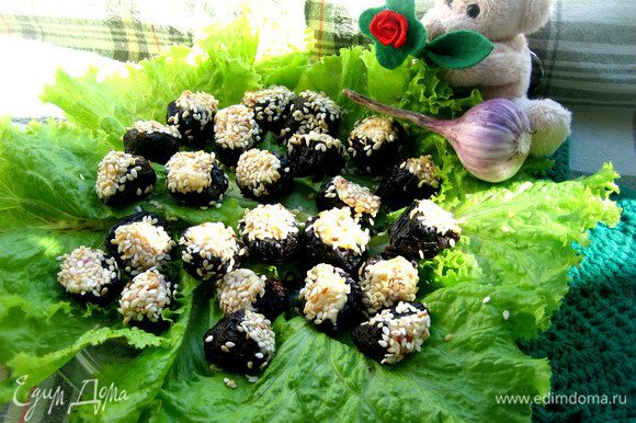 Здесь же кислинка чернослива с сырно-колбасным вкусом..., а чеснок и семечки-орешки только обогащают вкус закусочки)))