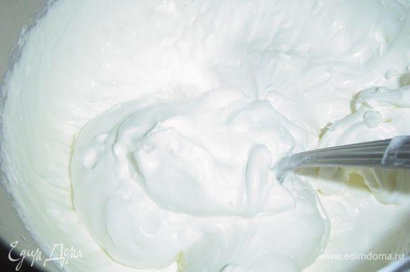 А теперь пришло время для приготовления крема, для этого взбиваем сметану с половиной сахара до пышной массы, отдельно взбиваем сливки с оставшимся сахаром, а затем аккуратно подмешиваем сливки в сметану.