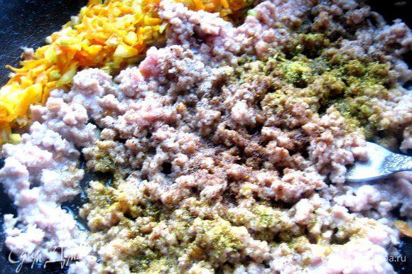 Постоянно разминаем фарш при обжарке вилкой, чтобы превратить его в крупинки. Добавим сухие приправы, соль, перец.