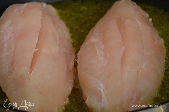 Разогреть в сковороде оливковое масло, выложить рыбу кожей вниз.