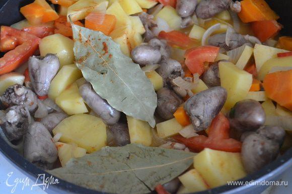 Добавляем картофель, нарезанный на кубики размером с сердечки, мелко нарезанный чили и помидор. Влить еще 1 стакан воды. Солим, перчим, добавляем приправы. Накрыть крышкой и тушить на среднем огне 30-40 минут.