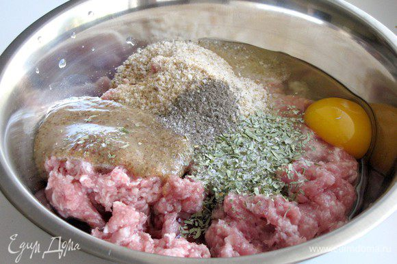 В миске смешайте говяжий фарш (у меня свинина + говядина), панировочные сухари, 2 ст. л. горчицы, 3 ст. л. красного вина, яйцо, 1 ч. л. эстрагона и 1/4 ч. л. перца. Посолите по вкусу.