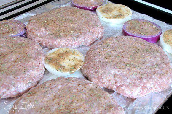 Смажьте гамбургеры и лук половиной горчичной смеси. Поставьте в духовку разогретую до 200 град. на 10 минут. Затем достаньте гамбургеры из духовки, переверните вместе с луком на другую сторону и снова смажьте. Запекайте еще 10-15 минут до зарумянивания.