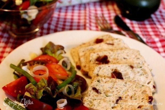 Выпекать при 180*С маленькие формы - около 40 минут, большие-чуть больше часа. Готовые мясные булки выложить из форм, нарезать на кусочки и подавать с салатом из свежих овощей. Приятного аппетита!
