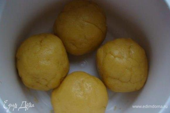 Добавляем муку, замешиваем тесто, делим его на 4 шарика и отправляем их в холодильник, накрыв пленкой (кульком, полотенцем, крышкой - чтобы не обветрилось) минут на 30.