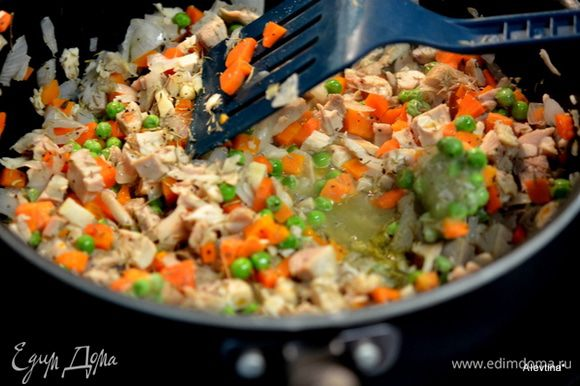 Разогреть сковороду, вылить растит.масло. Обжарить лук, добавить курин.кусочки, бульон. Затем морковь и зеленый горошек замороженный. Посолить и поперчить добавить тимьян. Снять с огня как жидкость убавилась. Остудить 5 мин. и добавить сыр. Перемешать.