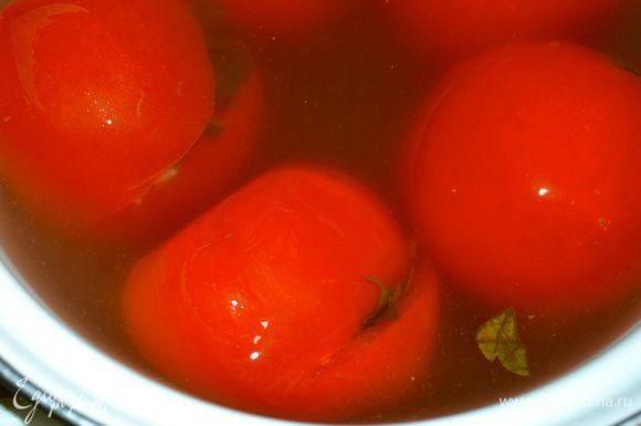 По прошествии двух дней помидоры готовы к употреблению. Я их переложила в эмалированную кастрюльку и поставила в холодильник.
