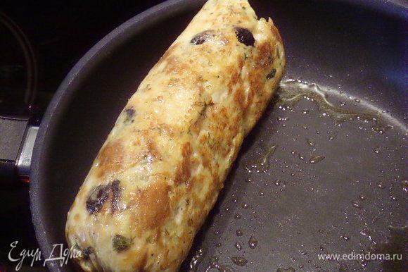 Готовый кнедлик порезала острым ножом на порции. За счёт такого щадящего метода приготовления, он получился очень нежным и сочным. Приятного аппетита!!
