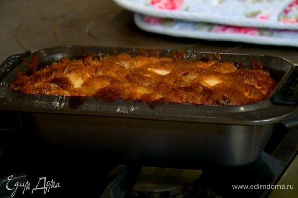 Продолговатую форму для выпечки смазать оставшимся сливочным маслом, выложить тесто, равномерно распределить и отправить в разогретую духовку на 45–50 минут.